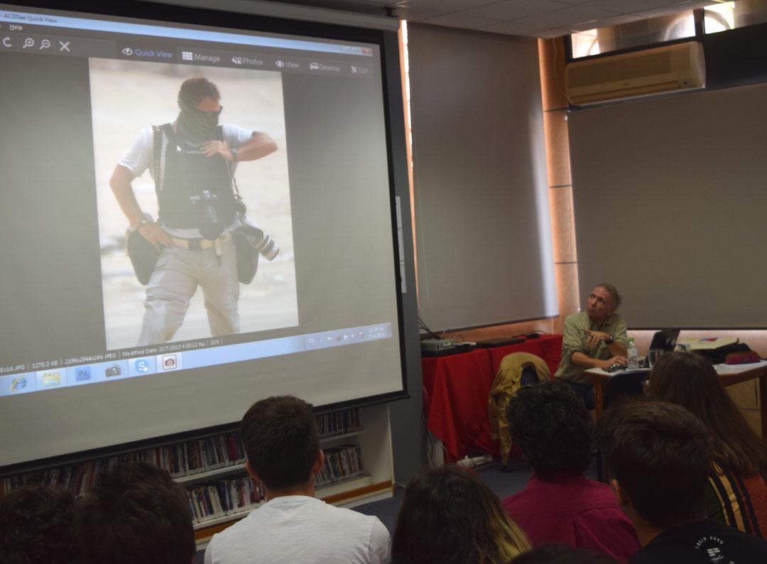 O φωτορεπόρτερ Γιάννης Μπεχράκης με τους μαθητές της Α' Λυκείου-0