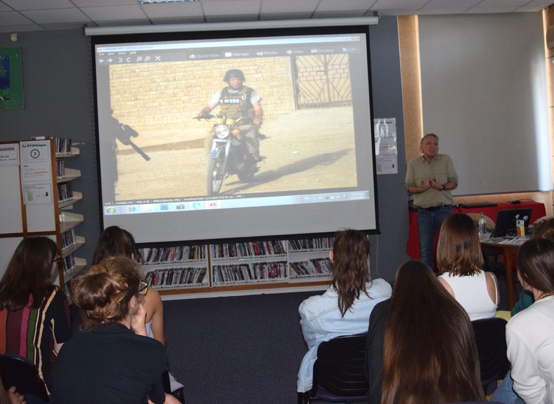 O φωτορεπόρτερ Γιάννης Μπεχράκης με τους μαθητές της Α' Λυκείου-1
