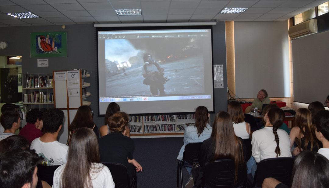 O φωτορεπόρτερ Γιάννης Μπεχράκης με τους μαθητές της Α' Λυκείου-2