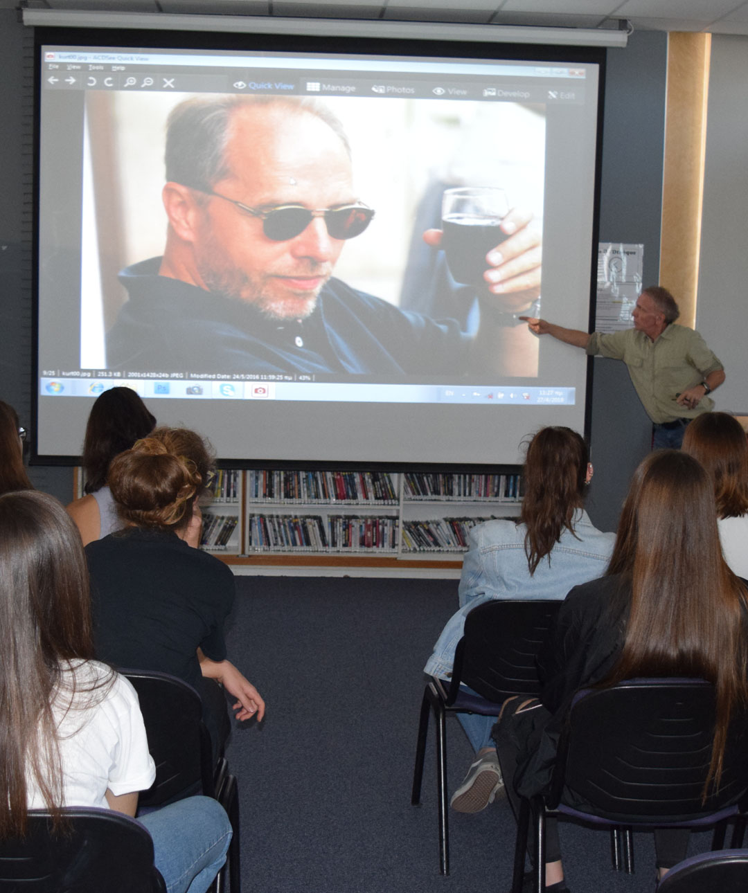 O φωτορεπόρτερ Γιάννης Μπεχράκης με τους μαθητές της Α' Λυκείου-3