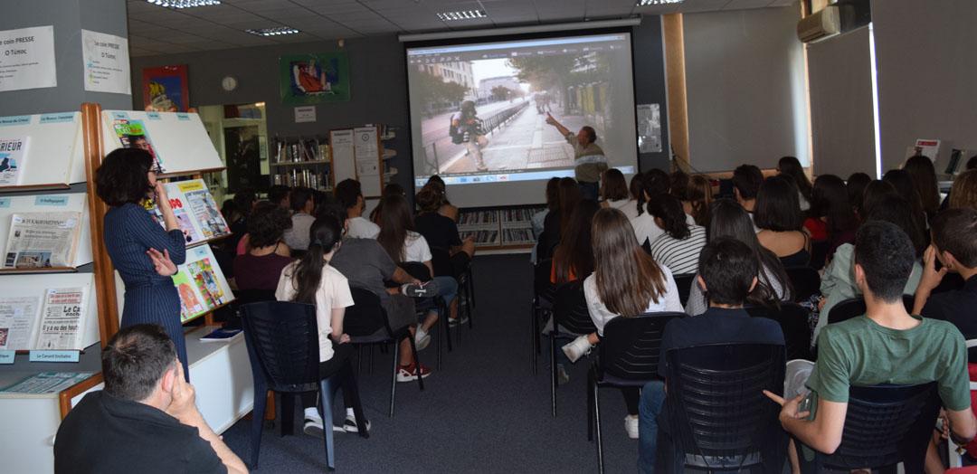 O φωτορεπόρτερ Γιάννης Μπεχράκης με τους μαθητές της Α' Λυκείου-5