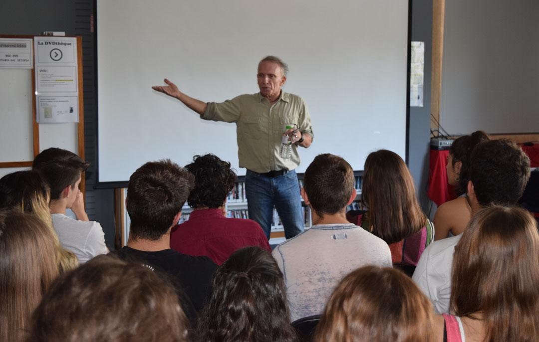 O φωτορεπόρτερ Γιάννης Μπεχράκης με τους μαθητές της Α' Λυκείου-6