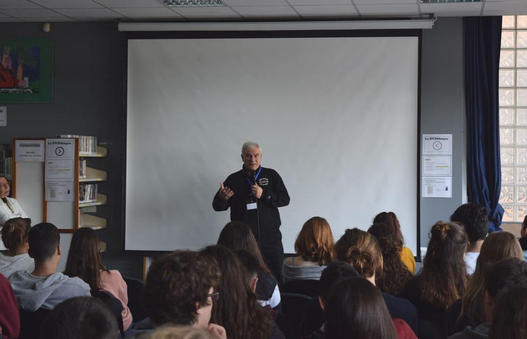 Le metteur en scène Tassos Boulmetis avec les élèves de 1ères-1