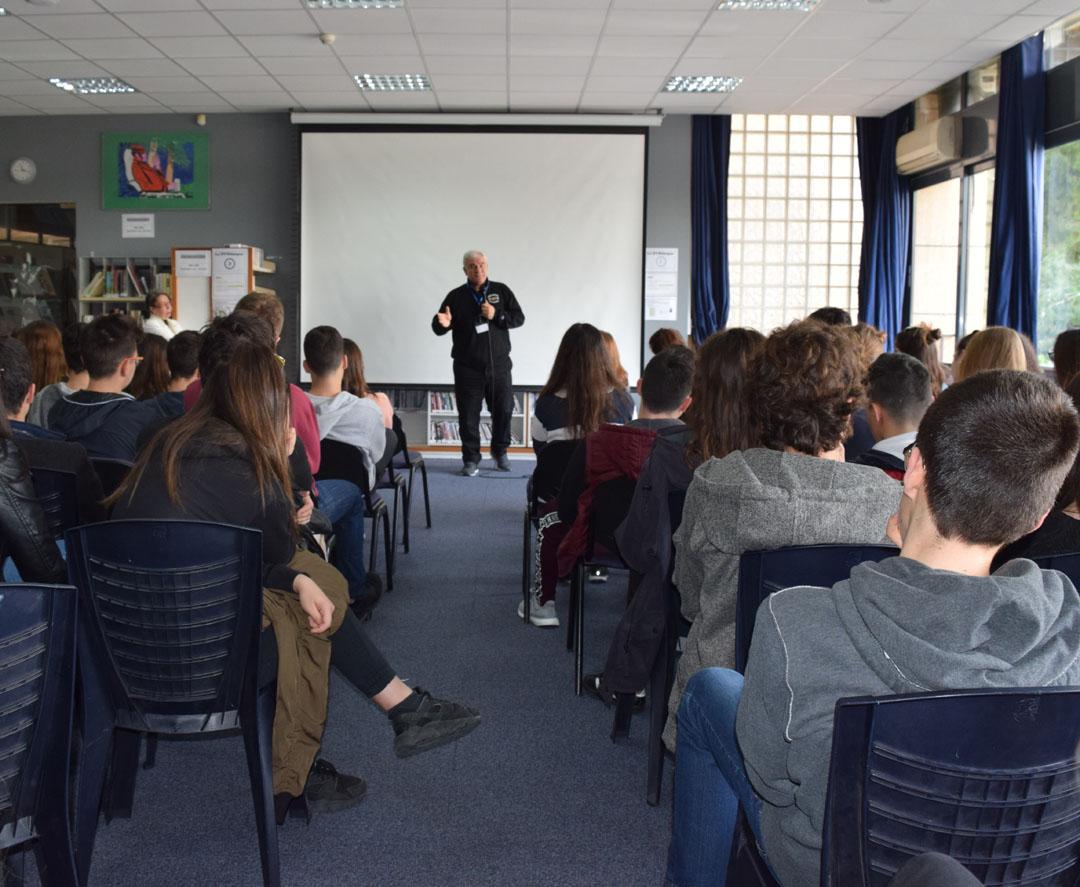 Le metteur en scène Tassos Boulmetis avec les élèves de 1ères-2