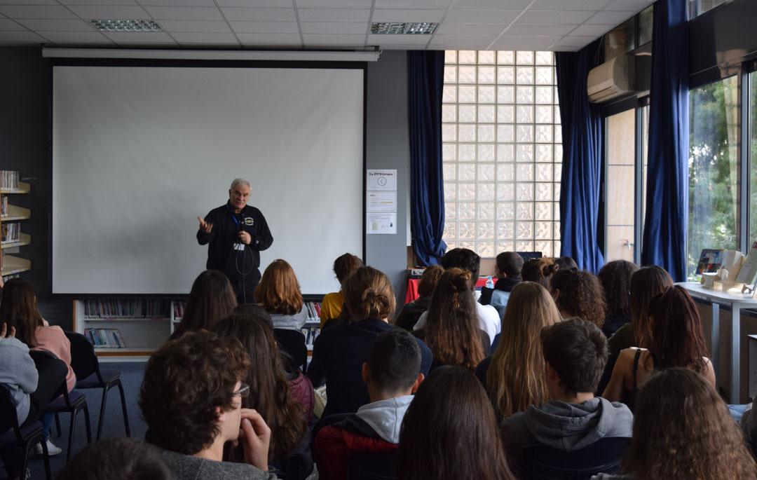 Le metteur en scène Tassos Boulmetis avec les élèves de 1ères-4