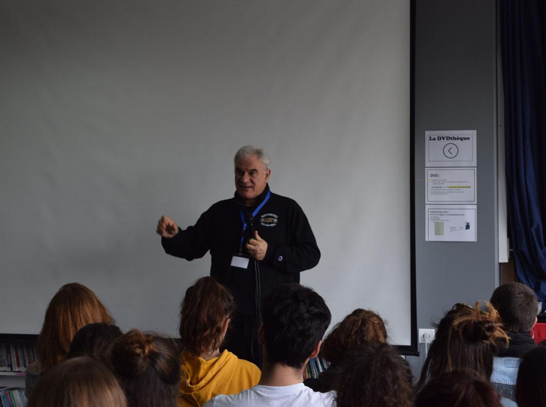 Le metteur en scène Tassos Boulmetis avec les élèves de 1ères-0