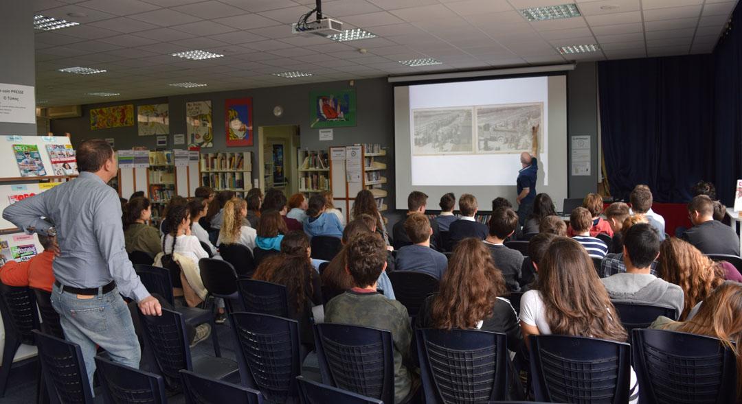 L'historien Tal Bruttman donne une conférence aux élèves du LFHED sur des archives photographiques d'Auschwitz-1