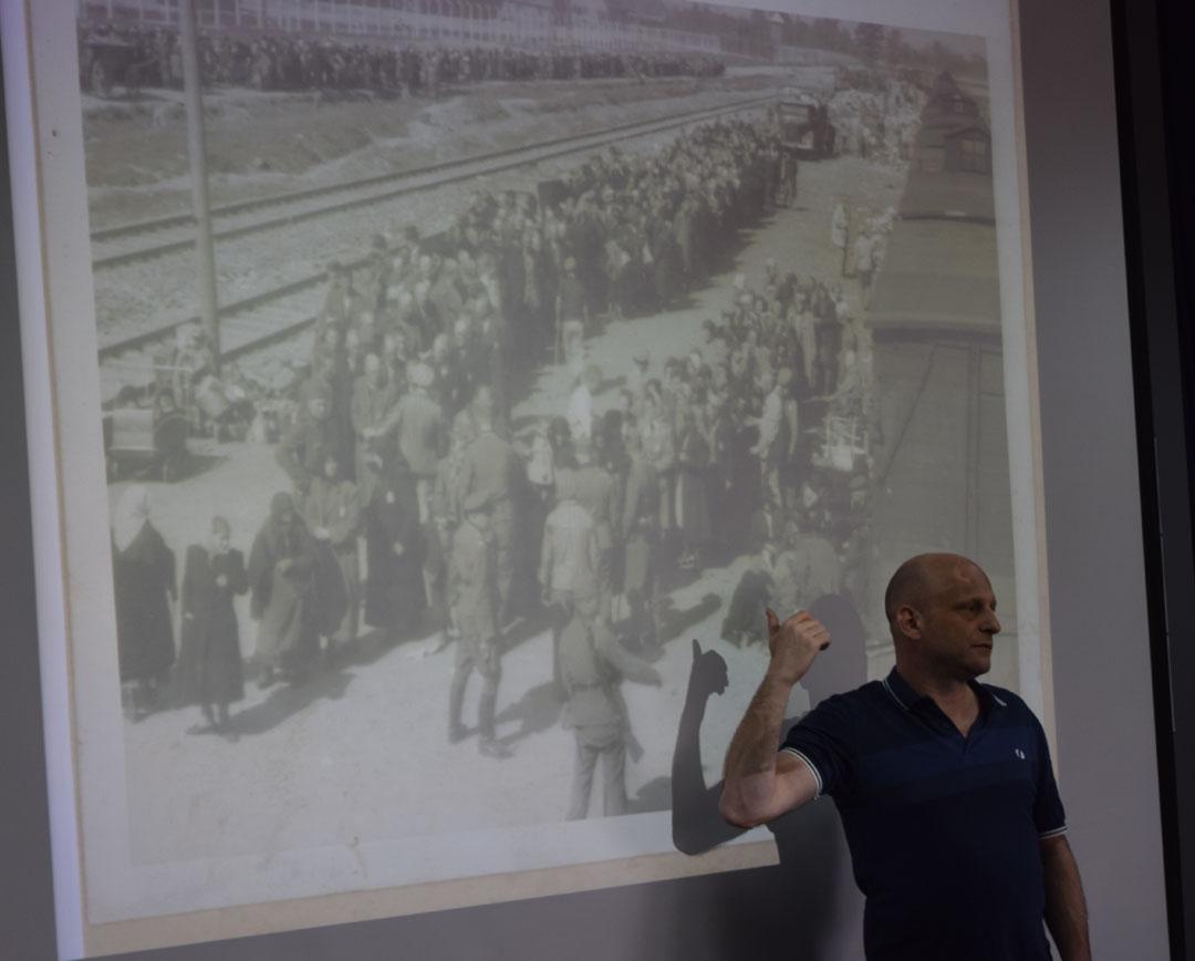 L'historien Tal Bruttman donne une conférence aux élèves du LFHED sur des archives photographiques d'Auschwitz-4