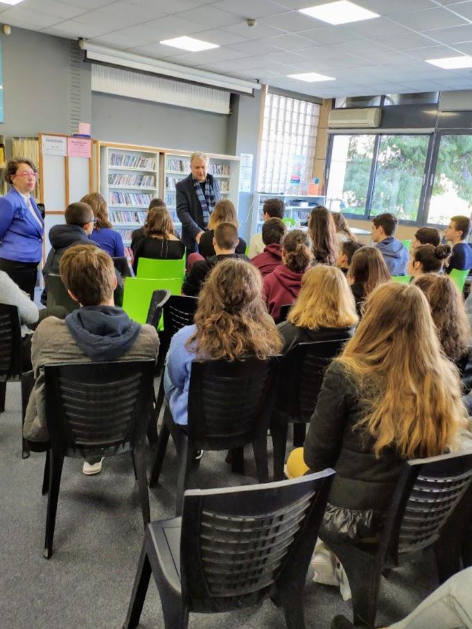 Ο συγγραφέας Γιώργος Μπουγελέκας με τους μαθητές της 2nde-2