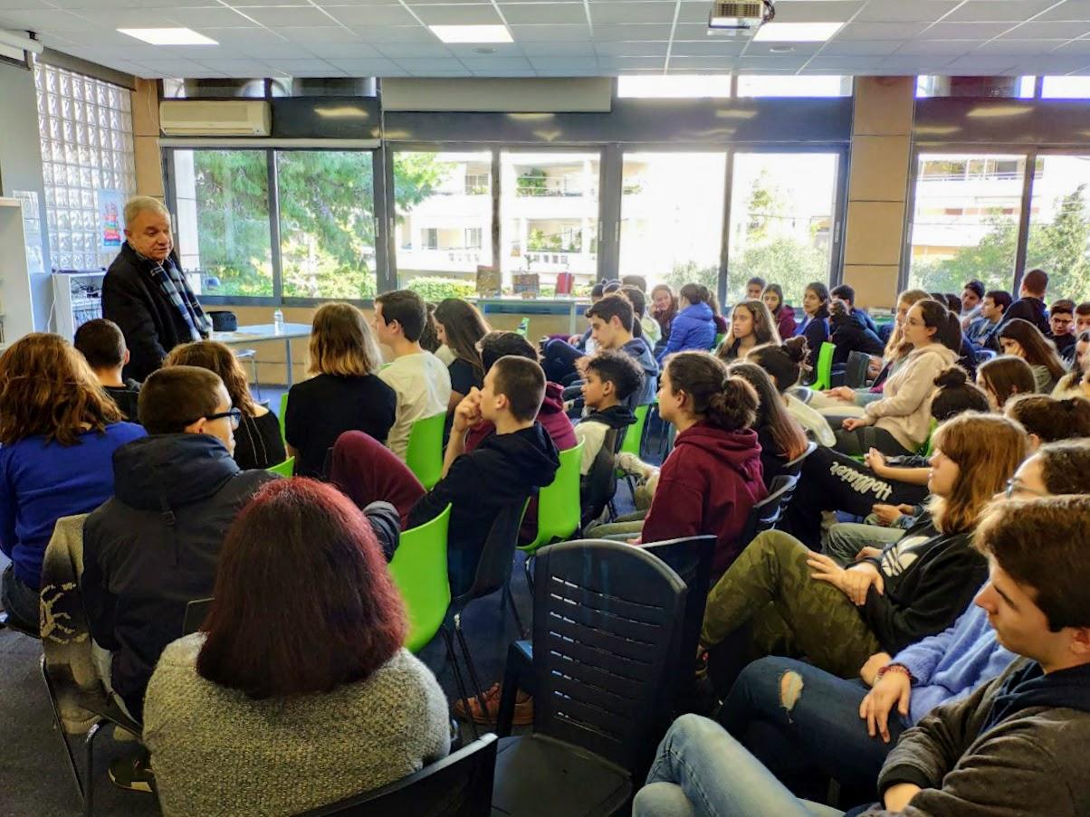 Ο συγγραφέας Γιώργος Μπουγελέκας με τους μαθητές της 2nde-3