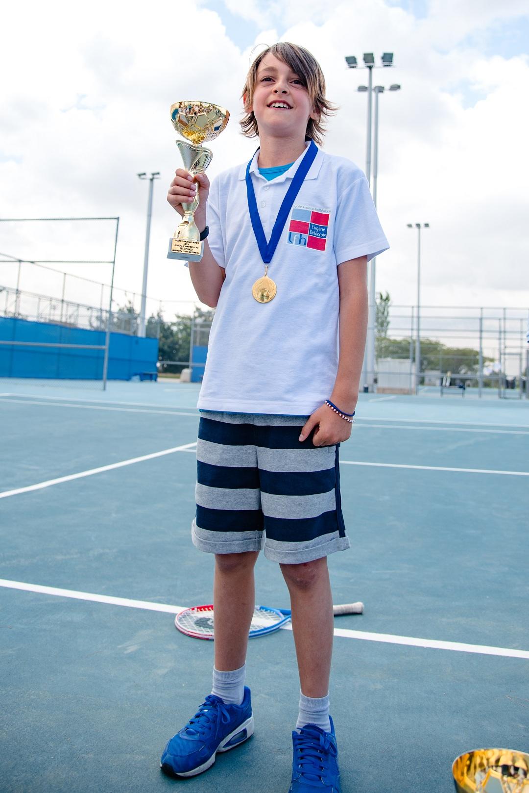Nos élèves de l'AES tennis rentrent victorieux du tournoi à OAKA-9