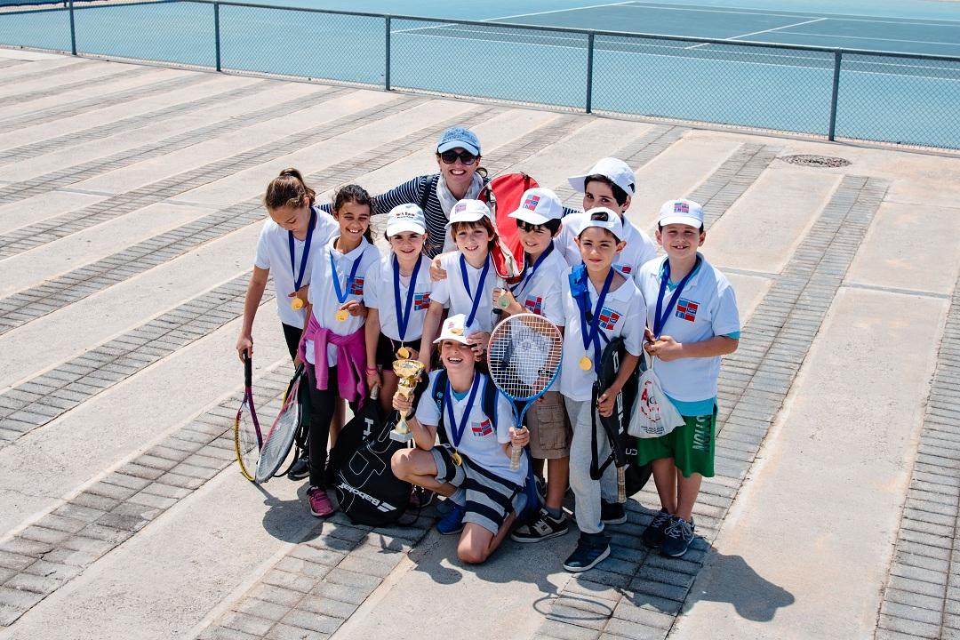 Nos élèves de l'AES tennis rentrent victorieux du tournoi à OAKA-10