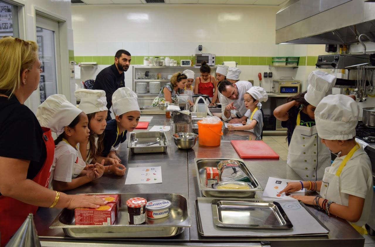Nos cuisiniers en herbe s'exercent dans les cuisines de l'Ambassade de France-5