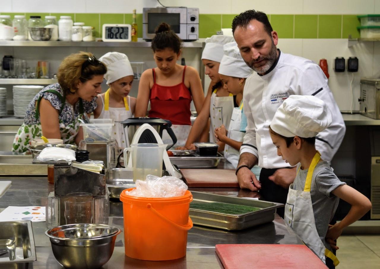 Nos cuisiniers en herbe s'exercent dans les cuisines de l'Ambassade de France-6