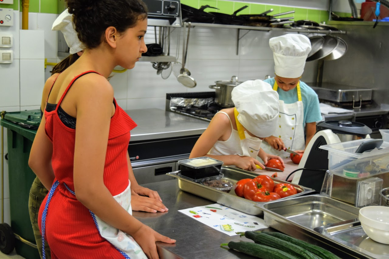 Nos cuisiniers en herbe s'exercent dans les cuisines de l'Ambassade de France-8