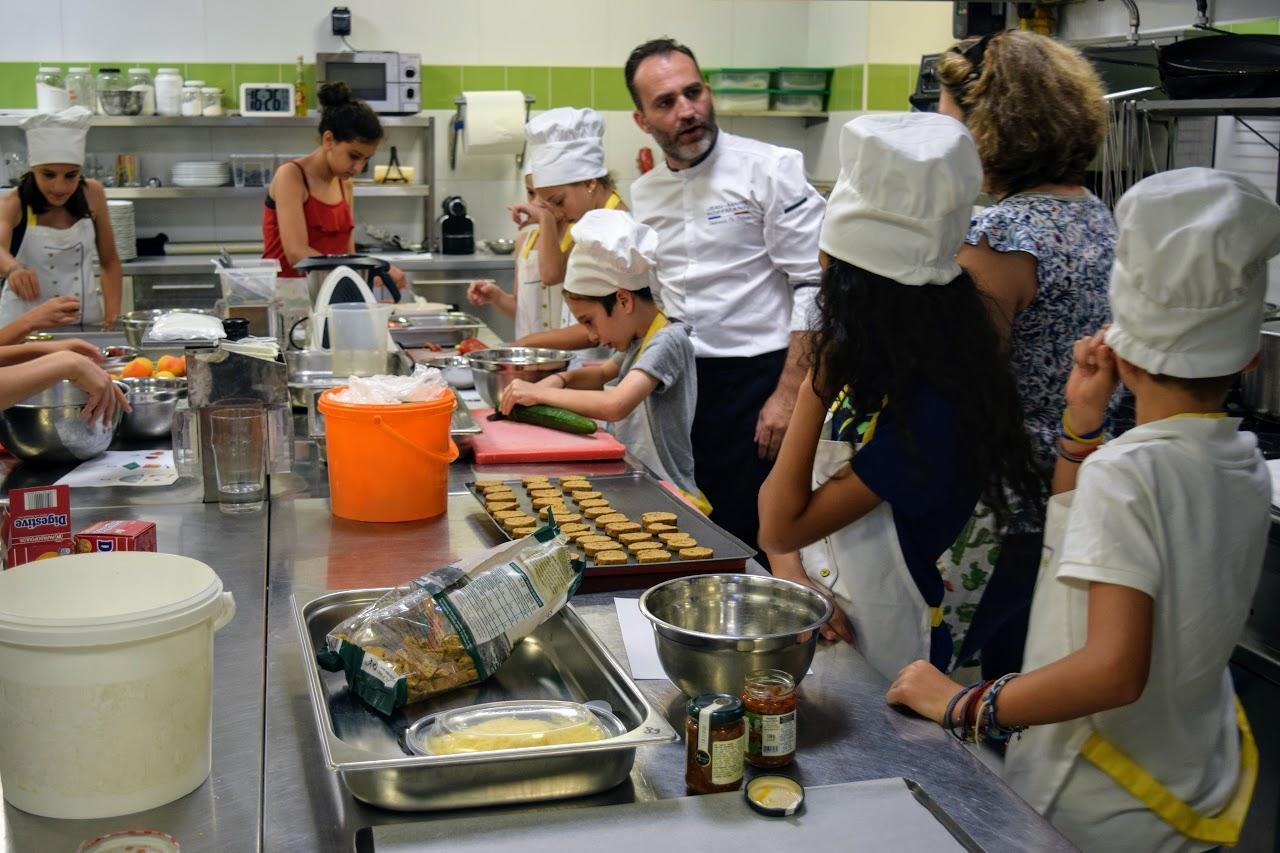 Nos cuisiniers en herbe s'exercent dans les cuisines de l'Ambassade de France-9