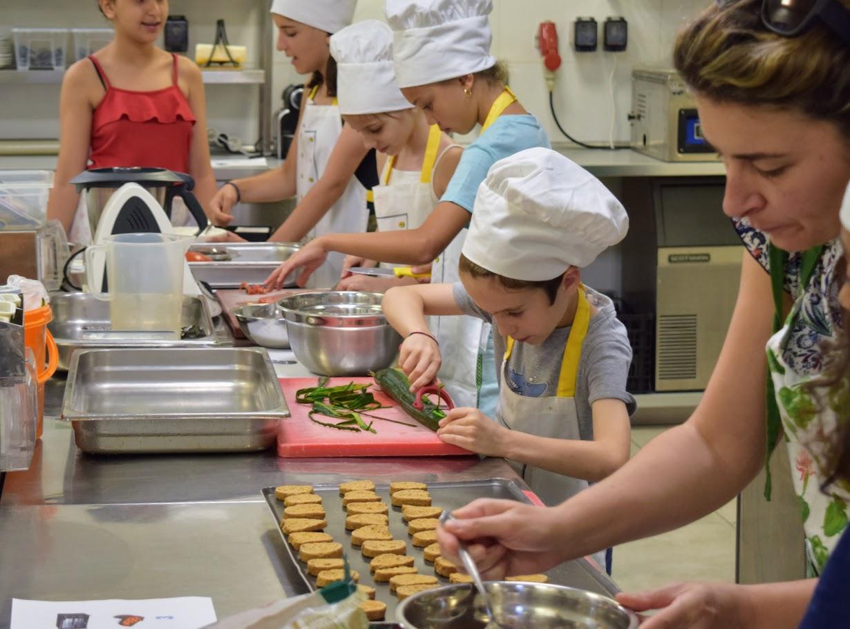 Nos cuisiniers en herbe s'exercent dans les cuisines de l'Ambassade de France-10