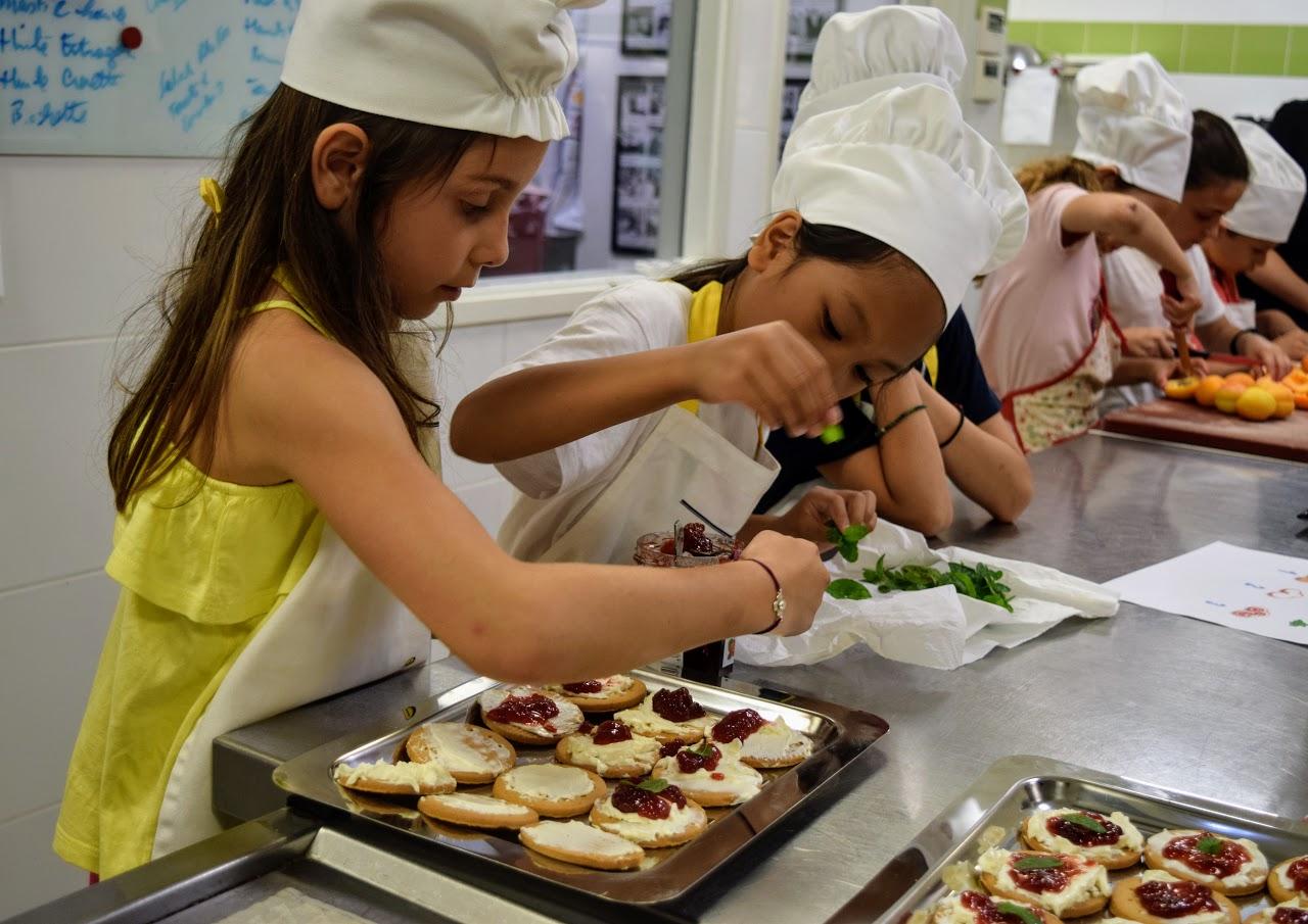 Nos cuisiniers en herbe s'exercent dans les cuisines de l'Ambassade de France-11