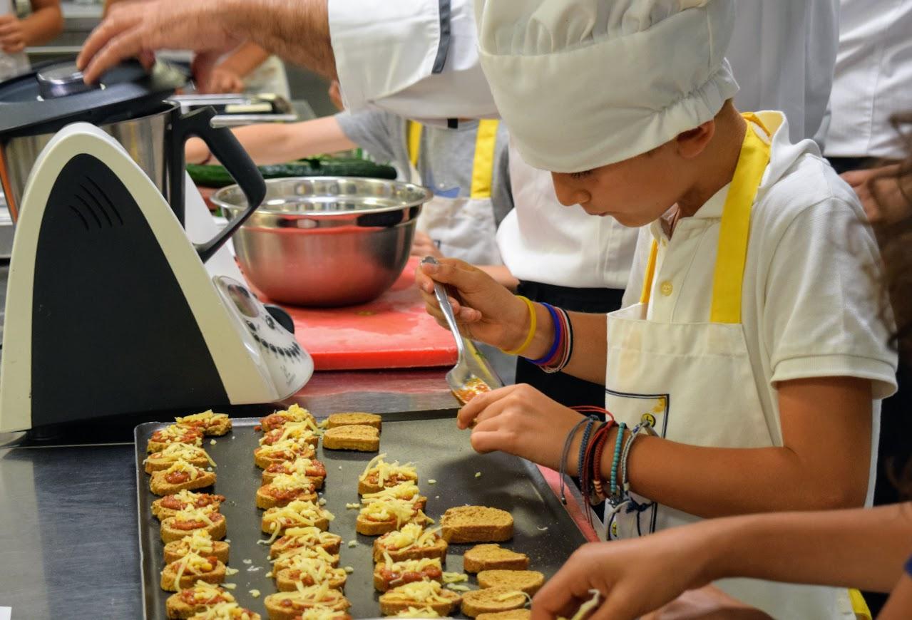 Nos cuisiniers en herbe s'exercent dans les cuisines de l'Ambassade de France-12