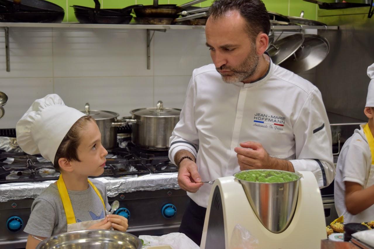 Nos cuisiniers en herbe s'exercent dans les cuisines de l'Ambassade de France-14