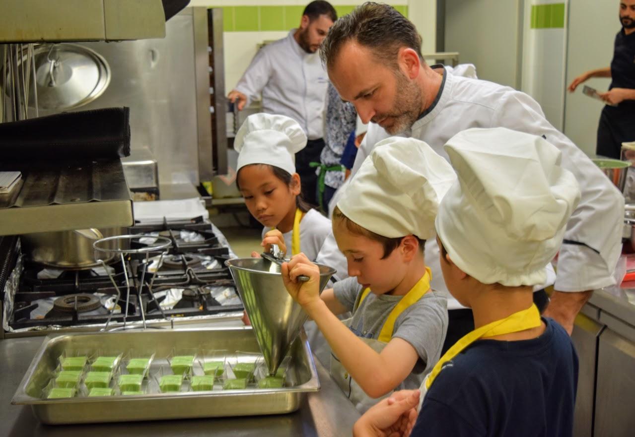 Nos cuisiniers en herbe s'exercent dans les cuisines de l'Ambassade de France-15