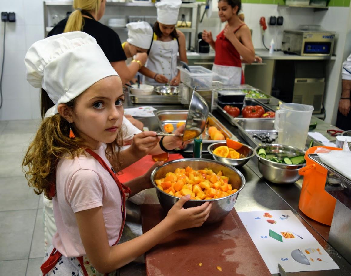 Nos cuisiniers en herbe s'exercent dans les cuisines de l'Ambassade de France-16