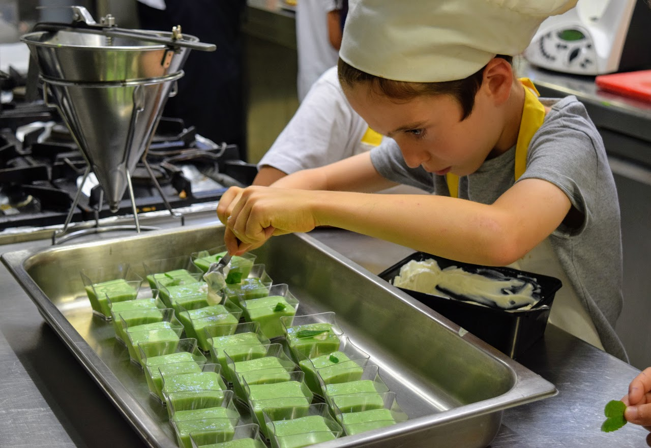 Nos cuisiniers en herbe s'exercent dans les cuisines de l'Ambassade de France-17