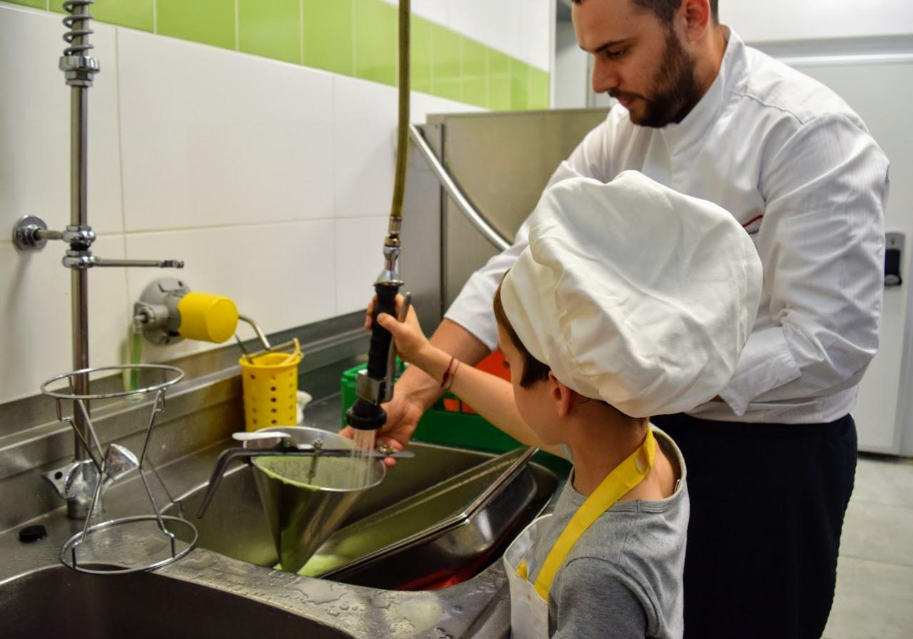 Nos cuisiniers en herbe s'exercent dans les cuisines de l'Ambassade de France-18