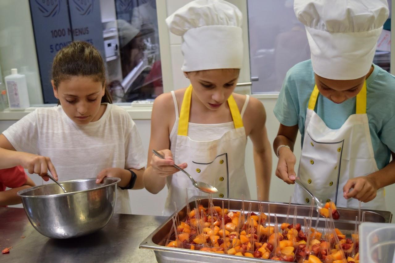 Nos cuisiniers en herbe s'exercent dans les cuisines de l'Ambassade de France-19