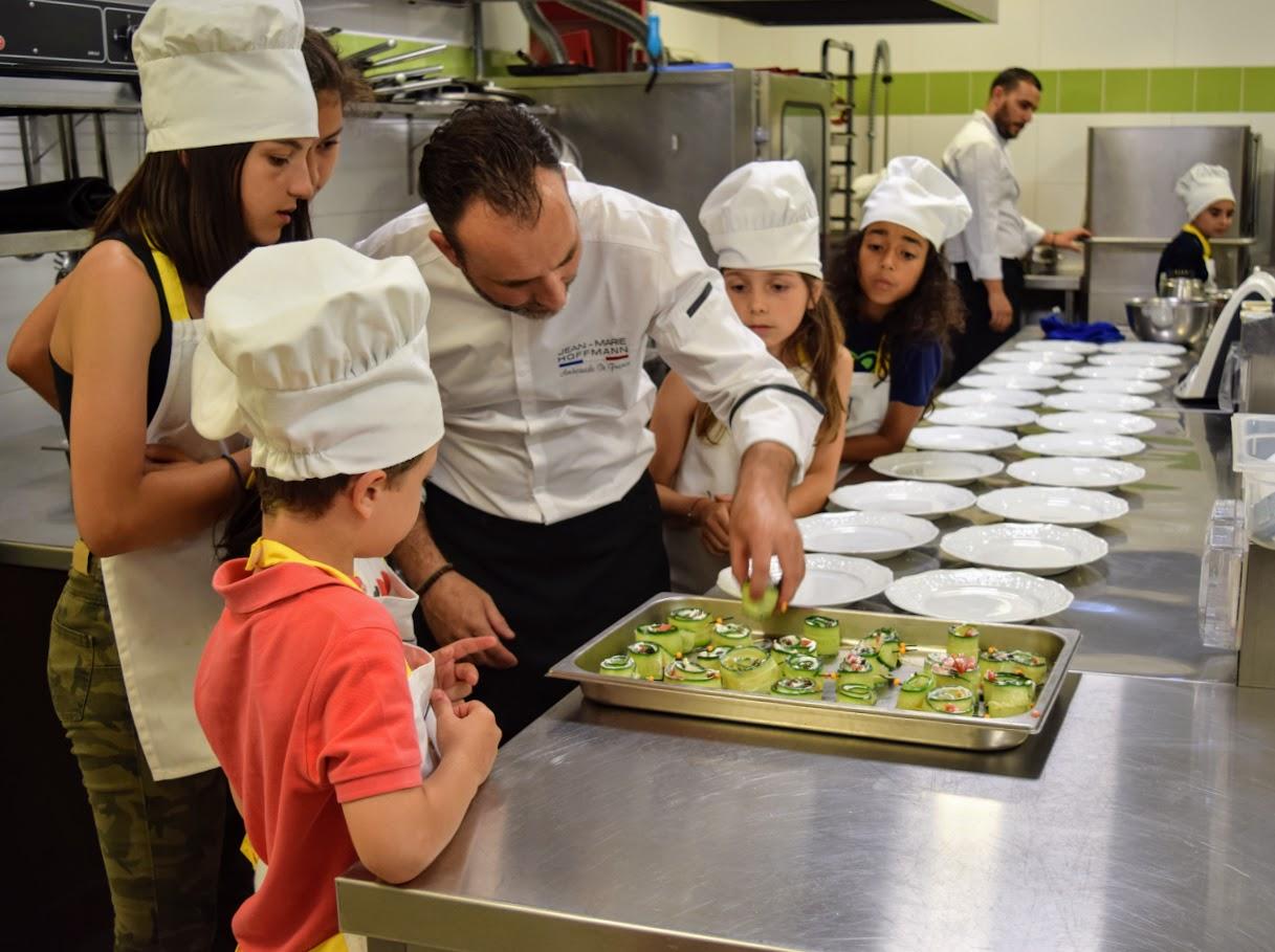 Nos cuisiniers en herbe s'exercent dans les cuisines de l'Ambassade de France-0