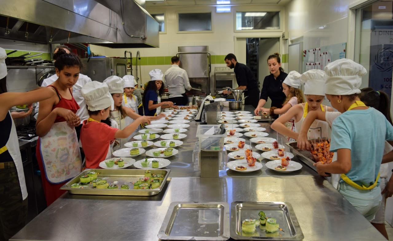 Nos cuisiniers en herbe s'exercent dans les cuisines de l'Ambassade de France-20