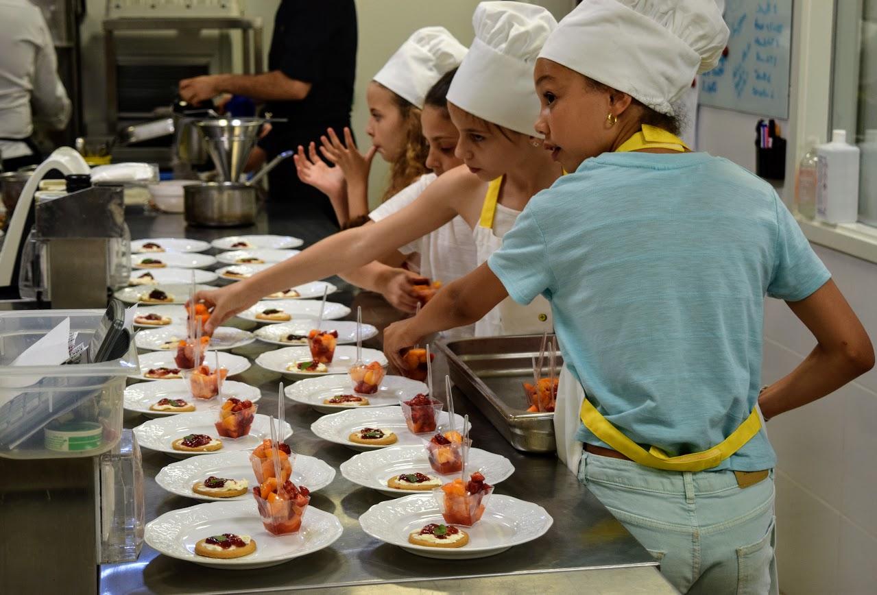 Nos cuisiniers en herbe s'exercent dans les cuisines de l'Ambassade de France-21