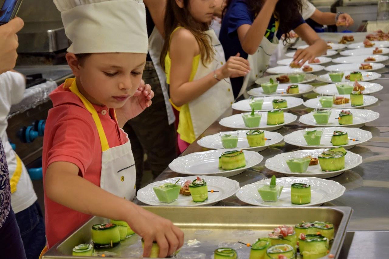 Nos cuisiniers en herbe s'exercent dans les cuisines de l'Ambassade de France-22