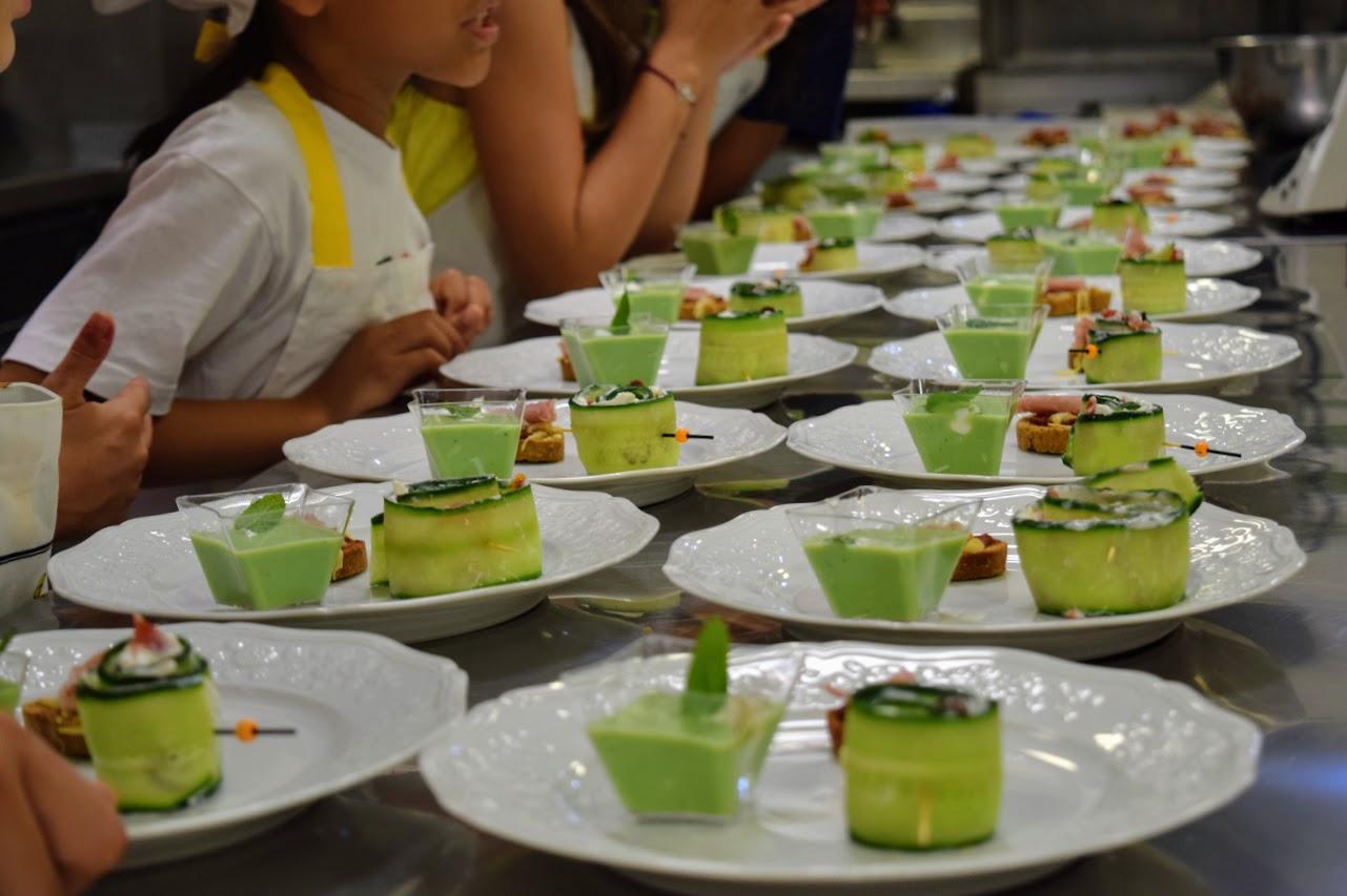 Nos cuisiniers en herbe s'exercent dans les cuisines de l'Ambassade de France-24