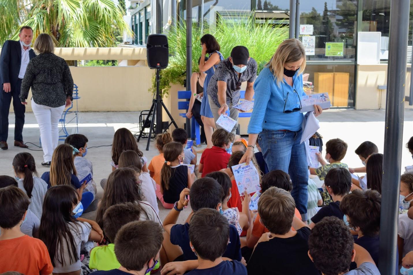 « Momo et Lolotte en Grèce » : nos jeunes élèves écrivains reçoivent la version papier-7