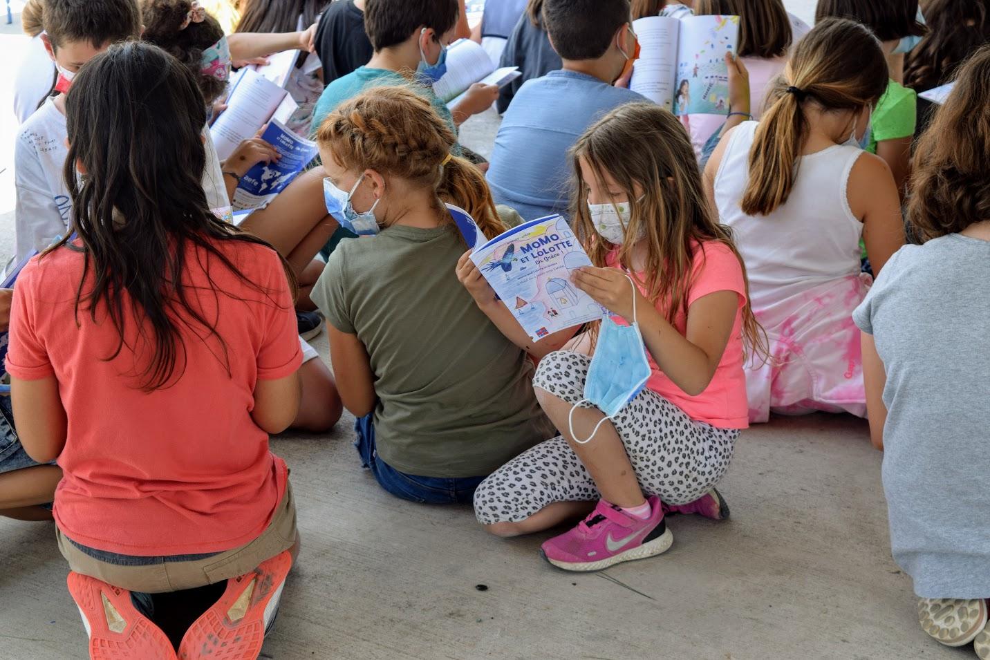 « Momo et Lolotte en Grèce » : nos jeunes élèves écrivains reçoivent la version papier-8