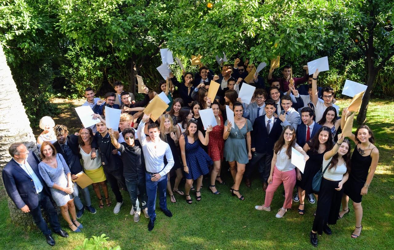Les bacheliers et « apofoitoi » reçoivent leur diplôme à l'Ambassade -16