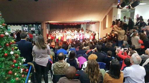 Les élèves de CE2 et CM1 chantent pour la fête de noël organisée par l'APE-0