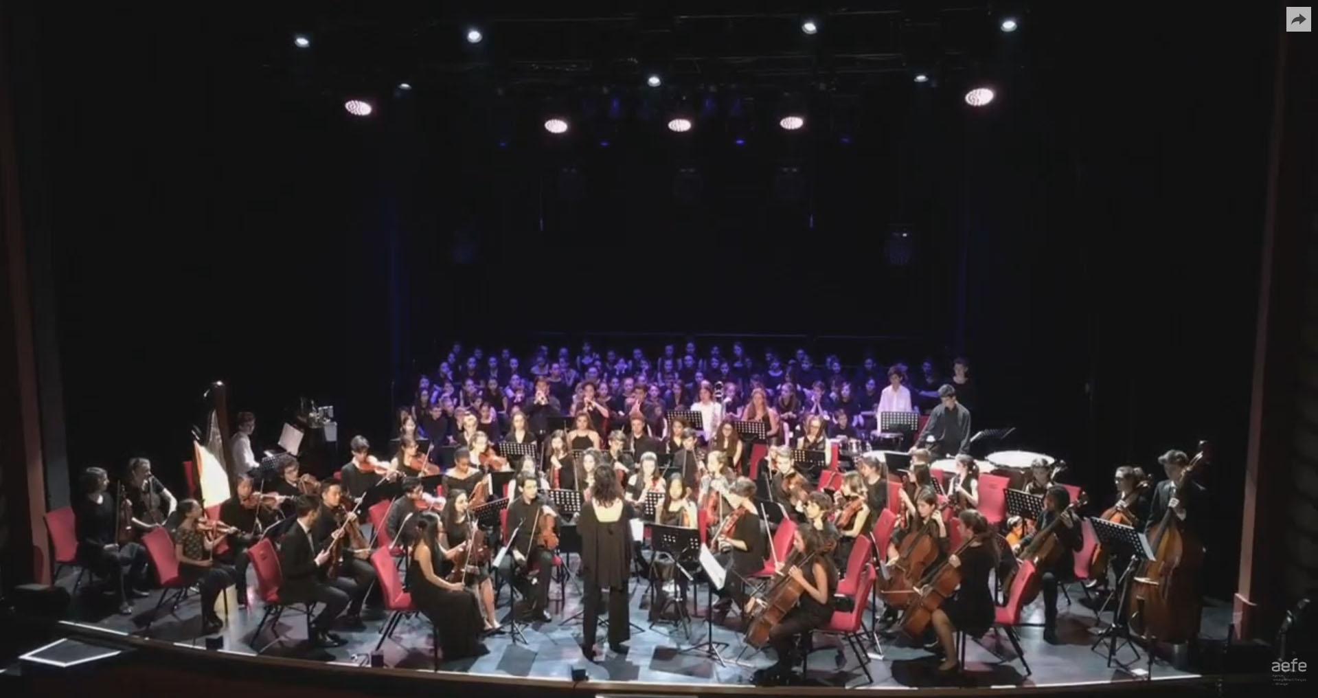 Nos 4 élèves de l'orchestre des lycées français du monde à Paris, avec le soutien de  l'orchestre de  Radio-France au Comedia pour le concert final