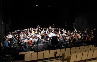 Une élève violoniste du LFHED joue au Lycée français de Vienne dans le cadre de l'aventure OLFM-0