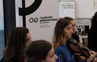 Une élève violoniste du LFHED joue au Lycée français de Vienne dans le cadre de l'aventure OLFM-1