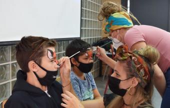 """Deux stagiaires italiennes Erasmus+ offrent aux élèves un premier atelier """"maquillage de scène""""-4"""