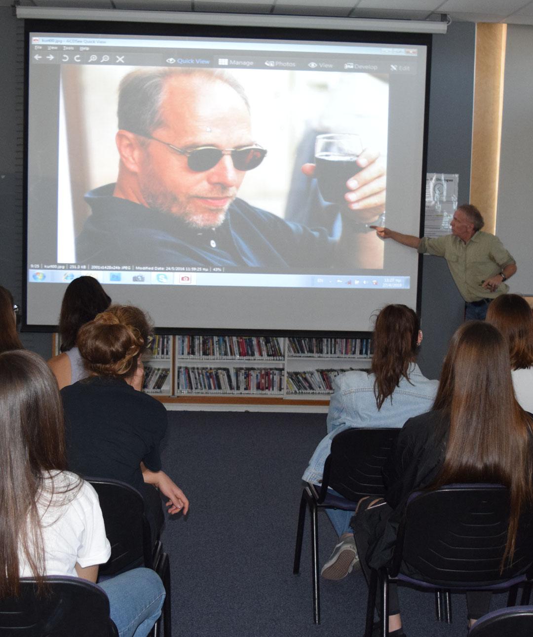 Le photoreporter Yannis Behrakis avec les élèves de 2nde de la Section Hellénique-3